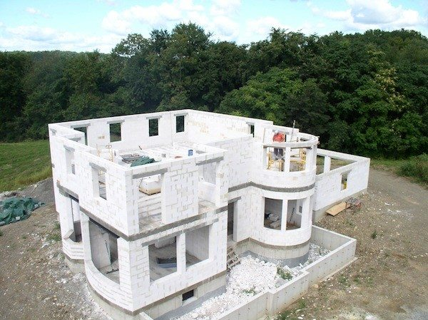Любительское фото конструкции коттеджа с применением газобетонных блоков в качестве основного материала