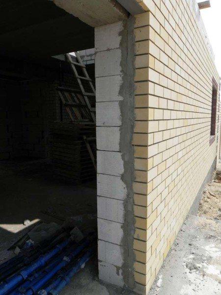 Любительское фото, показывающее наружную отделку строения с использованием облицовочного кирпича и без утепления