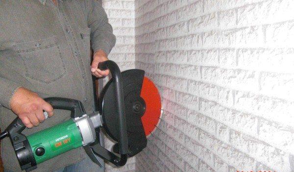 Любительское фото простейшего инструмента для резки бетона в работе