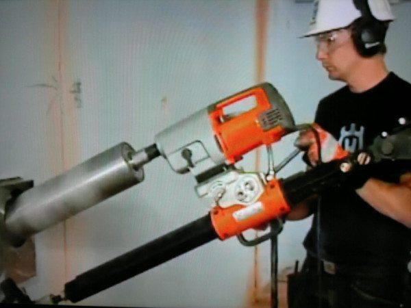 Любительское фото, процесса бурения с использованием профессионального оборудования в виде специальной машины