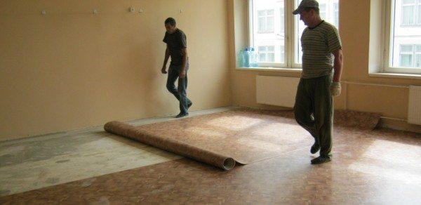 Любительское фото, процесса укладки линолеума на пол из бетона