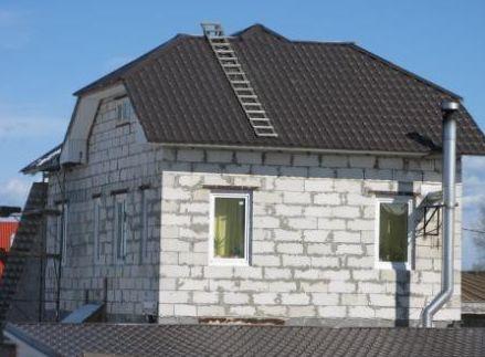 Любительское фото строения из газобетона, по которому видно, что оно нуждается в дополнительной отделке, что нужно учитывать в проекте