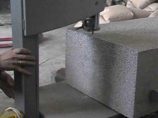 Материал хорошо режется обычными пилами – ни дисковая резка, ни алмазное бурение отверстий в бетоне не требуется