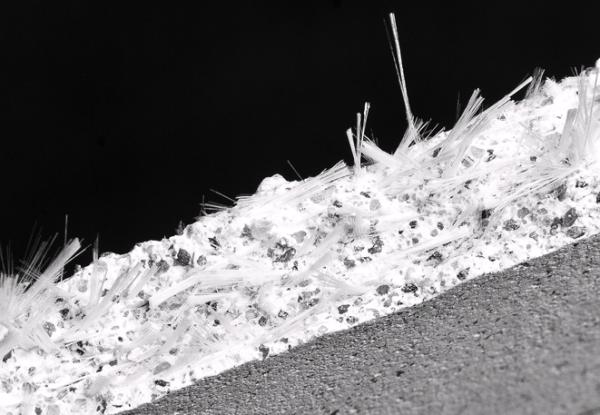 Материал из смеси стеклянных нитей и обычного бетона