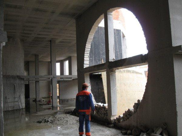 Метод часто используют для пробивки нестандартных проемов в стенах.