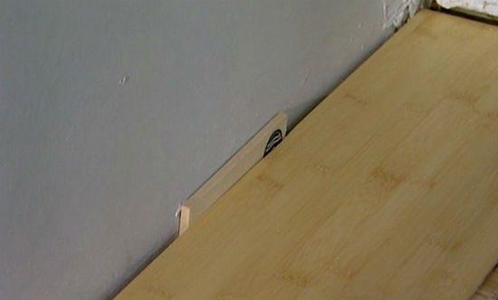 Между стеной и покрытием оставляют деформационный зазор.