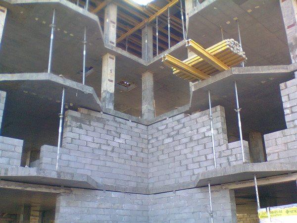Монолитно-каркасный дом. Газобетонные блоки используются в качестве заполнения; нагрузка воспринимается железобетонным каркасом.
