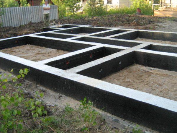 Монолитное ленточное основание из бетона