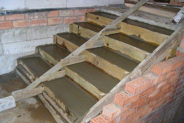 Монтаж бетонных ступеней в подвал