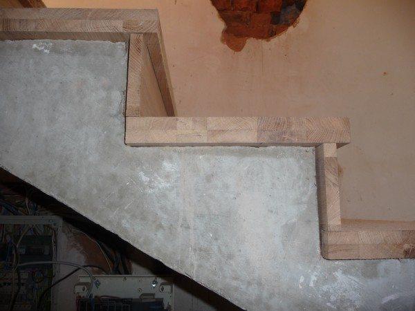 Монтаж дерева на бетонную лестницу