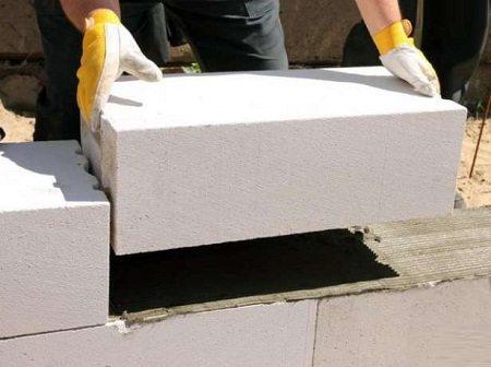 Монтаж лучше осуществлять на специальный клей для блоков