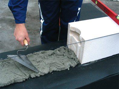 Монтаж нижнего ряда блоков из ячеистого бетона