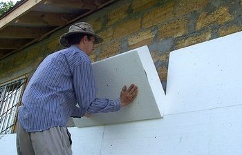 Монтаж пенопластовых плит на стену