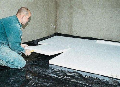 Монтаж секций пенопласта для теплоизоляции бетонного пола