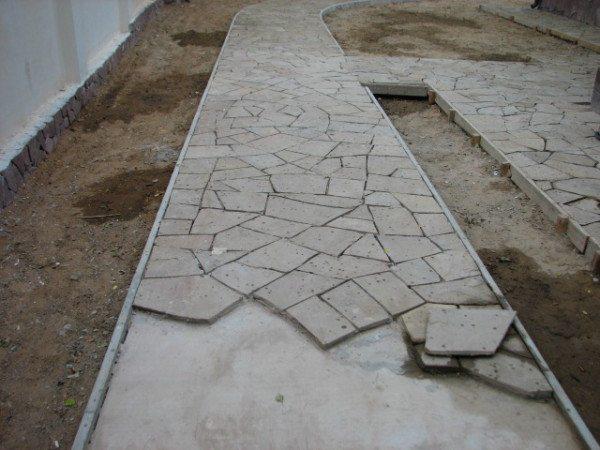 Мощение природного камня на цементно-песчаный раствор.