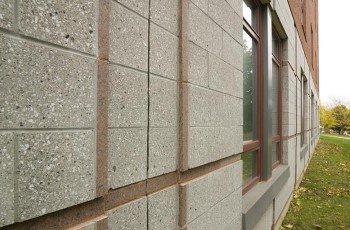 На данном фото вы можете увидеть, как можно облицевать фасад здания с помощью плитки