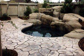 На данном фото вы можете увидеть способ оформления искусственного водоема на загородном участке