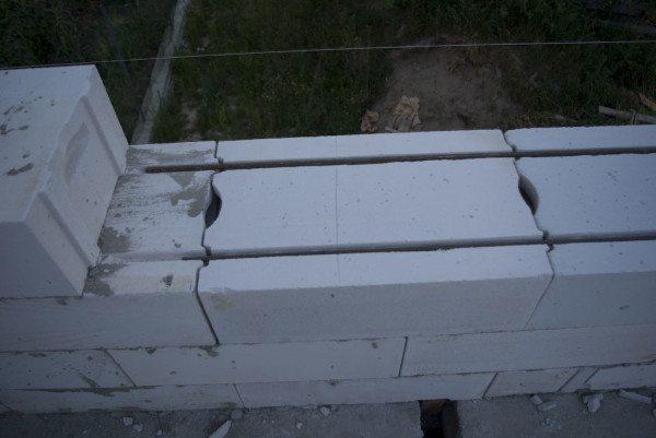 На фото - армирование кладки из газобетона