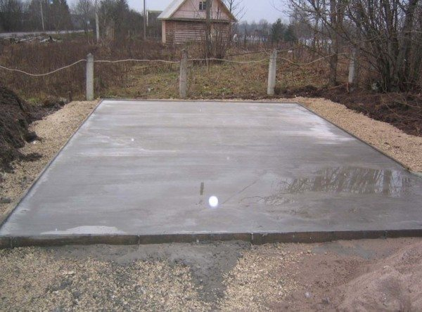 На фото - бетонная подушка под плитный фундамент.