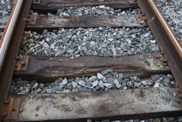 На фото - деревянные шпалы после долговременной эксплуатации