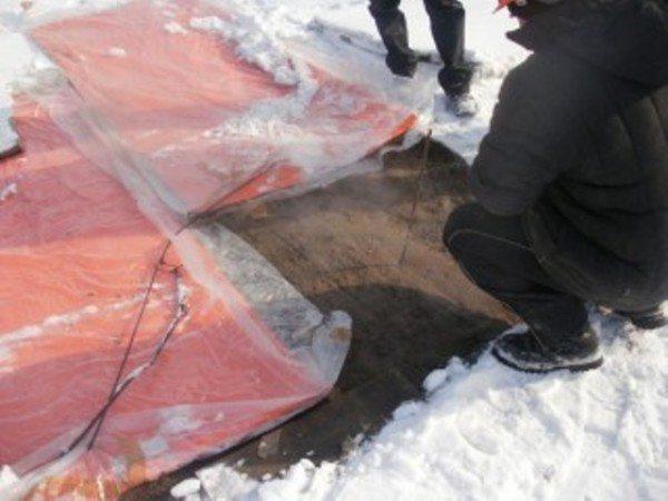 На фото - эксплуатация обогревающих покрытий в холодное время года