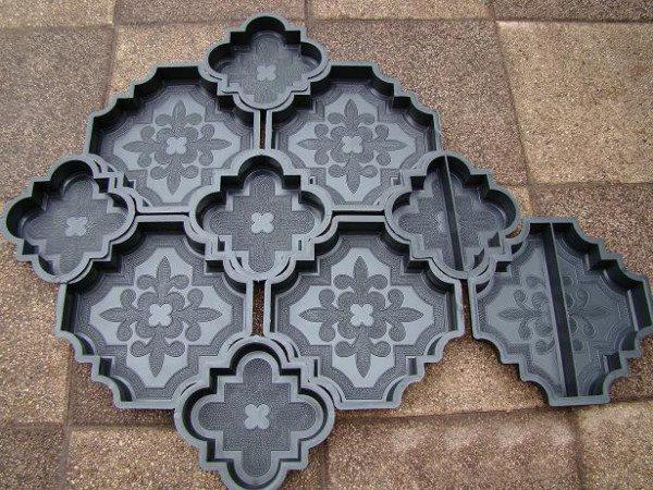 На фото - формы для самостоятельного производства бетонной плитки