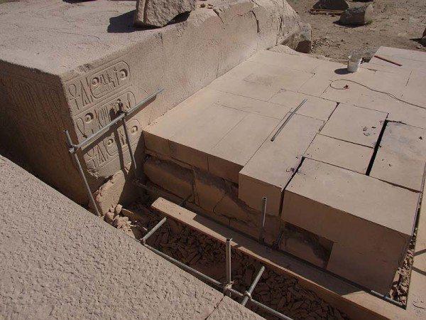 На фото - геополимерные блоки в древнеегипетских строениях