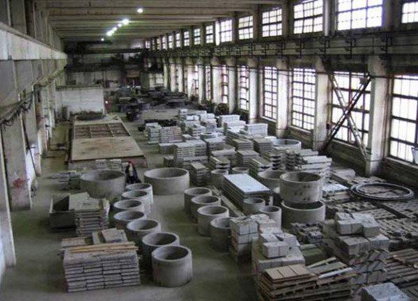 На фото - готовая продукция, включая стеновые блоки и бетонные кольца