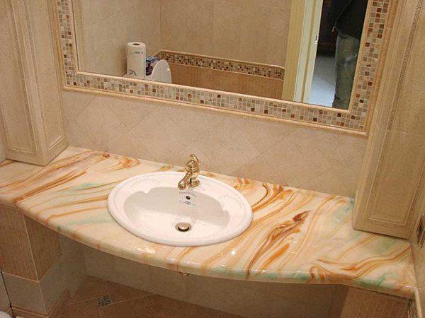 На фото - искусственный мрамор в ванной комнате