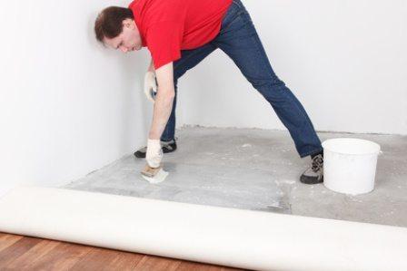 На фото - как уложить линолеум на бетонный пол с помощью клея