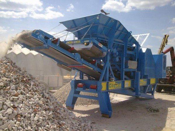 На фото - комплекс в ходе переработки строительных отходов