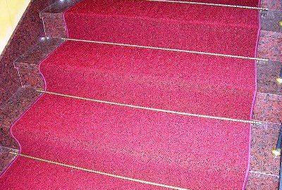 На фото - ковровое покрытие на бетонной лестнице