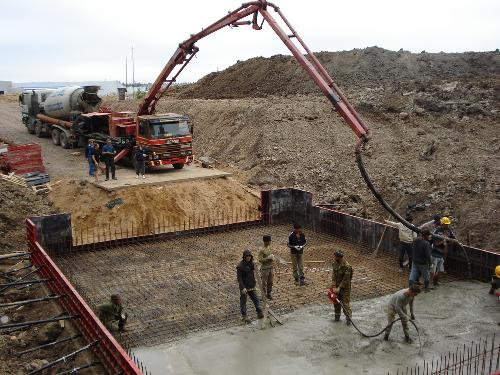 На фото - крупномасштабное бетонирование в промышленном строительстве