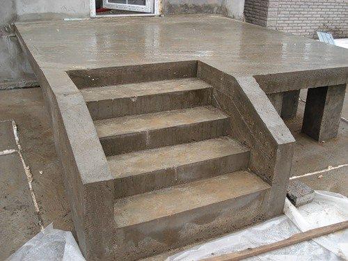 На фото - крыльцо с лестницей из бетона