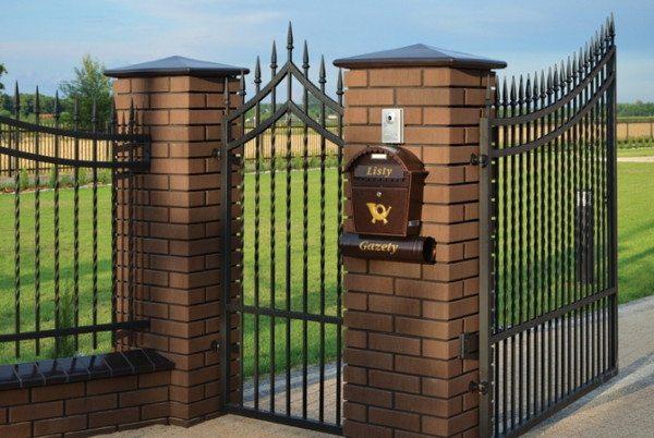 На фото - крышки позволяют украшать и защищать ваш забор