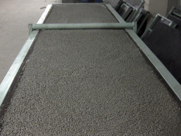 На фото - легкий бетон, залитый в разборную опалубку
