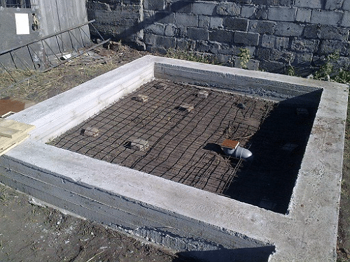 На фото - ленточный фундамент с выведенным стоком для воды