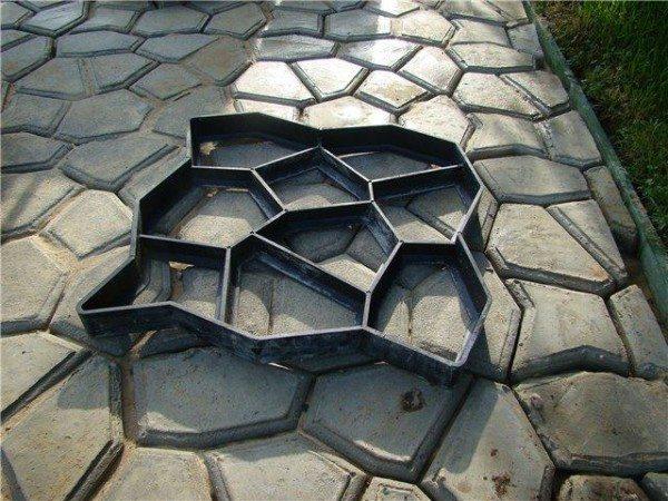 На фото - матрица для выштамповки тротуарной плитки
