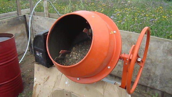 На фото - мешалка, которая облегчит приготовление бетона в бытовых условиях