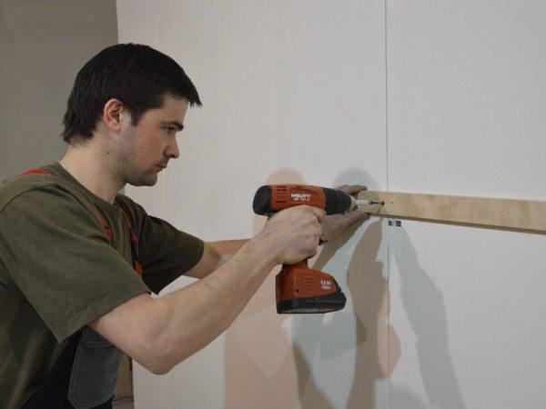На фото - монтаж деревянных реек под установку стеновых панелей
