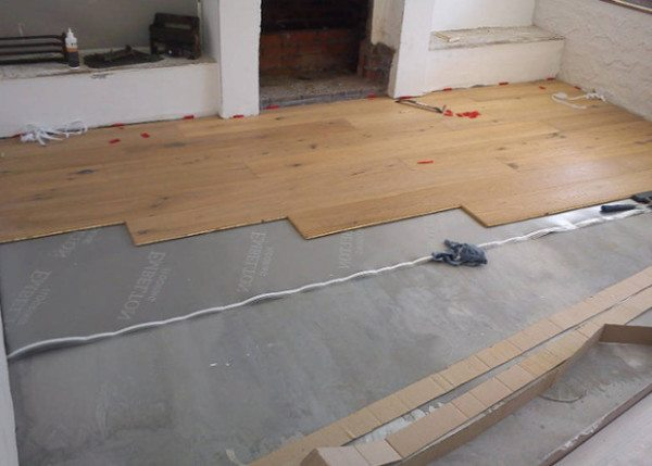 На фото - монтаж напольного покрытия на бетонное основание