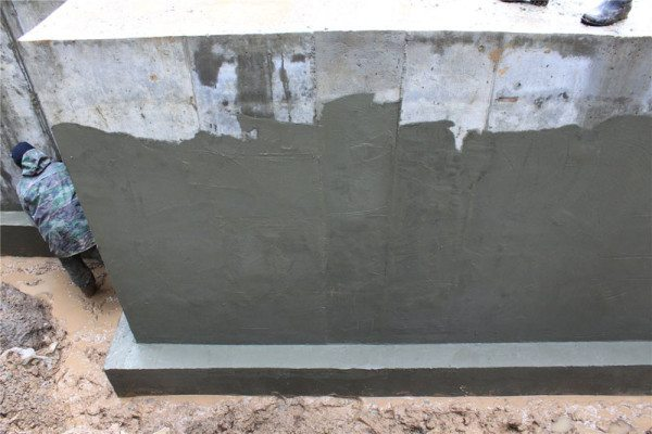 На фото - нанесение цементно-полимерной обмазки
