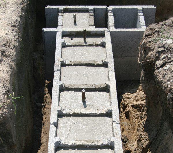 На фото - несъемная опалубка из бетона для фундамента