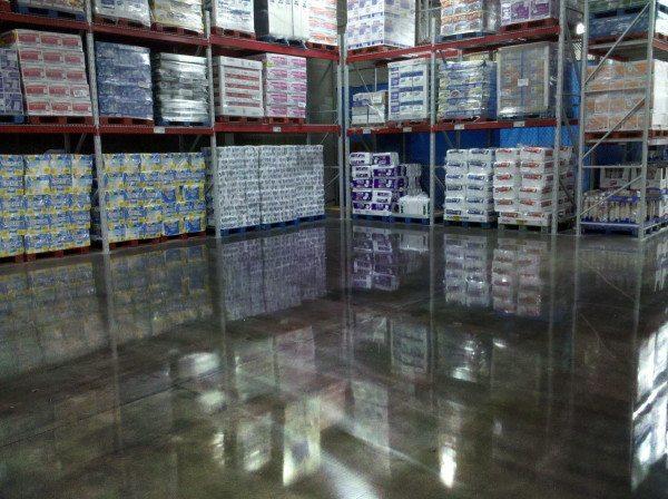 На фото - пол в складском помещении, обработанный упрочняющим грунтом