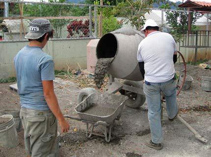 На фото - приготовление раствора в мешалке