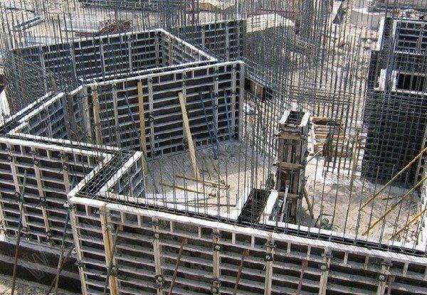 На фото - приготовления для монолитного бетонирования стен