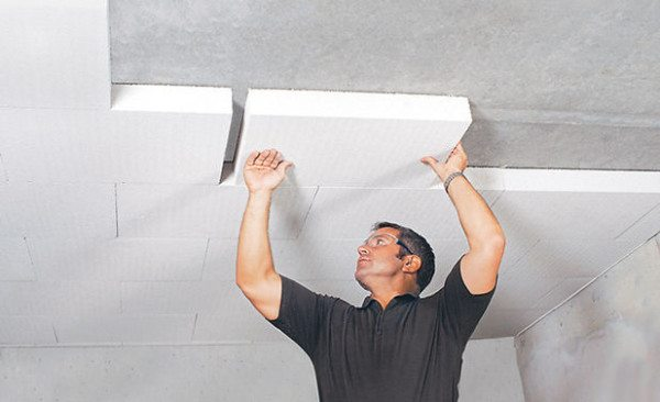 На фото - приклеивание плит пенопласта к потолку