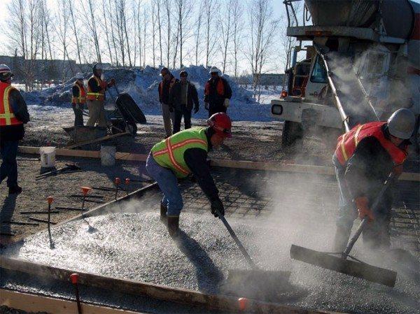 На фото - пропаривание бетона при зимней заливке опалубки