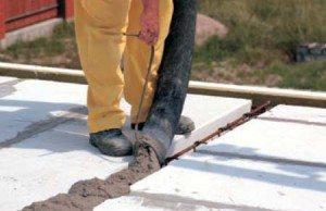 На фото - процесс бетонирования швов