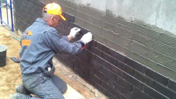 На фото - проведение монтажных работ по мокрому